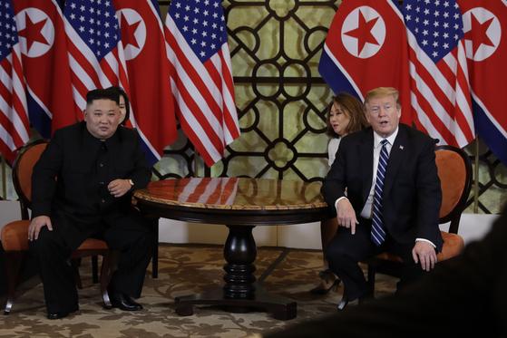 28일 도널드 트럼프 미국 대통령과 김정은 북한 국무위원장이 정상회담 둘째날 단독회담에 앞서 회담장인 베트남 하노이 소피텔 레전드 메트로폴 호텔에서 담소하고 있다. [EPA=연합뉴스]