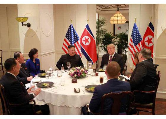 김정은 북한 국무위원장과 트럼프 미국 대통령이 지난 27일 베트남 하노이 메트로폴 호텔에서 단독회담 후 친교 만찬하는 모습을 노동신문이 28일 보도했다. [뉴스1]