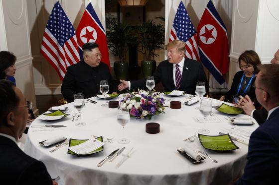 베트남 하노이 레전드 메트로폴 호텔에서 열린 도널드 트럼프 미국 대통령과 김정은 북한 국무위원장의 친교만찬. [AP=연합뉴스]