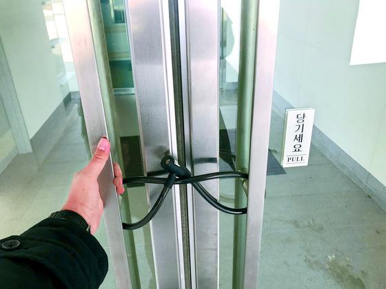 지난 8일 제주 녹지국제병원. 출입구가 자물쇠로 잠겨 있다. 최충일 기자