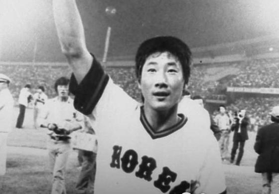 한·일전에는 유독 명승부가 많았다. 한대화는 1982년 세계야구선수권대회에서 역전 3점 홈런을 날렸다. [중앙포토]