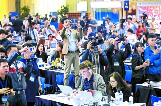 2차 북·미 정상회담이 결렬된 28일(현지시간) 각국의 기자들이 국제미디어센터에서 도널드 트럼프 미국 대통령의 기자회견 장면을 지켜보고 있다. [연합뉴스]