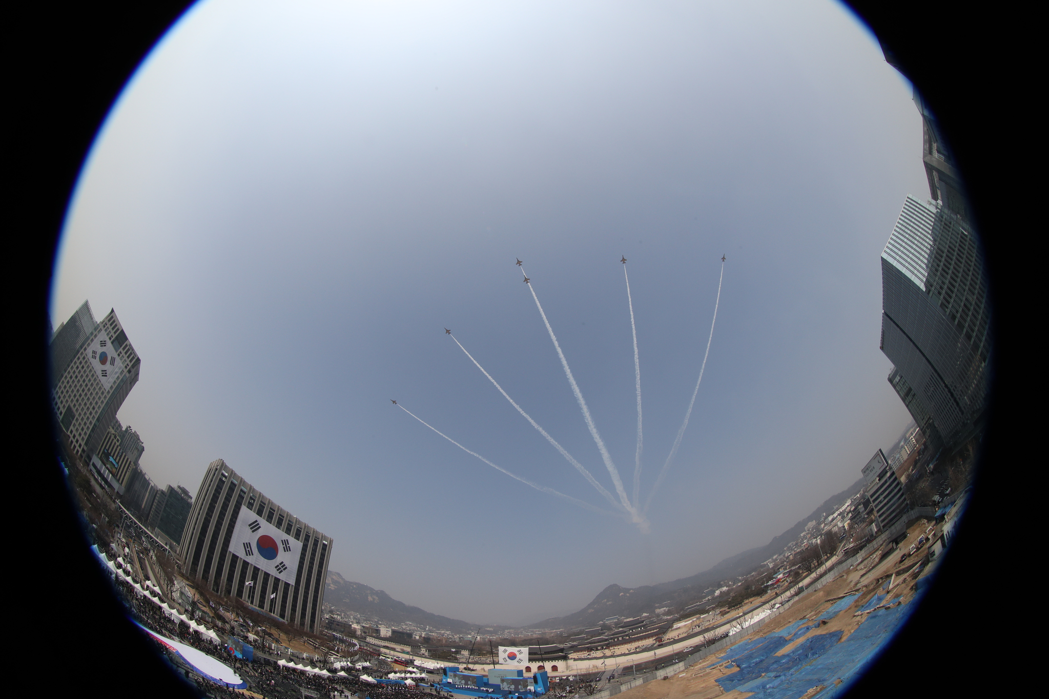 1일 오전 서울 광화문광장에서 열린 제100주년 3.1절 기념식에서 공군 특수비행팀 '블랙이글스'가 3.1운동 100주년을 기리는 비행을 하고 있다. [연합뉴스]