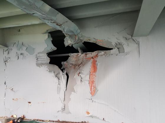 러시아 화물선 충돌로 광안대교의 콘크리트 도로 아래의 찢어진 철구조물. [사진 부산시시설관리공단]