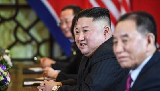 김정은 북한 국무위원장이 28일(현지시간) 베트남 하노이 소피텔 레전드 메트로폴 호텔에서 도널드 트럼프 미국 대통령과 확대 정상회담을 하고 있다. [AFP=뉴스1]