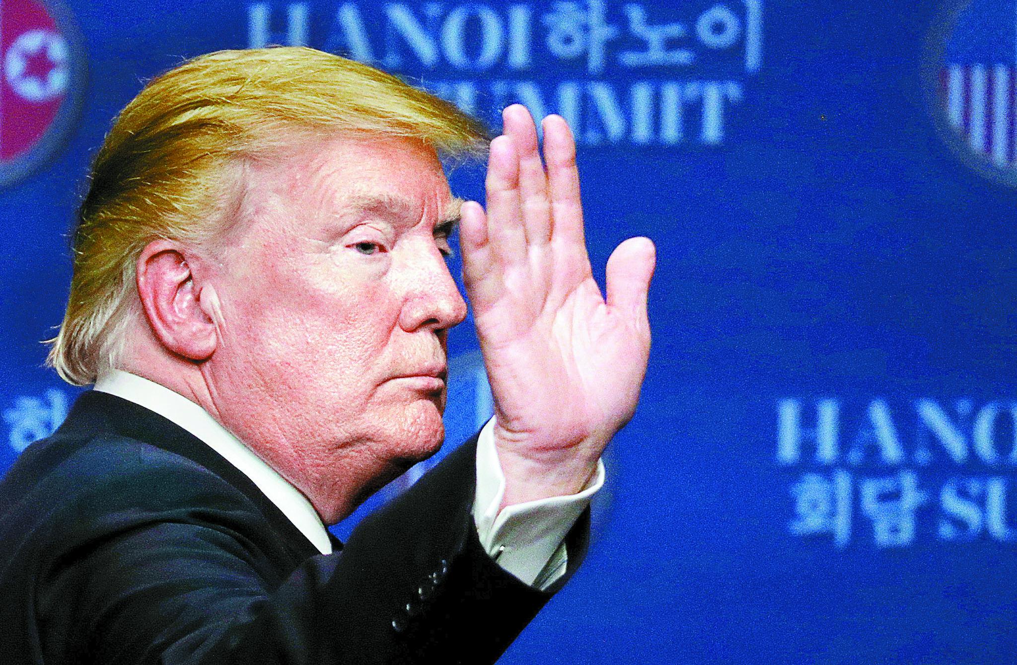 도널드 트럼프 미국 대통령이 28일(현지시간) 오후 하노이 JW메리어트 호텔에서 합의 결렬 소식을 전하는 기자회견을 마친후 돌아서고 있다. [로이터=연합뉴스]