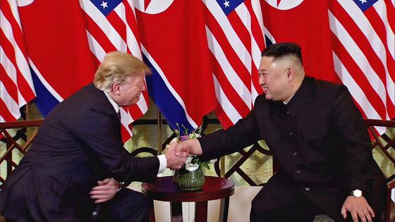 도널드 트럼프 미국 대통령과 김정은 북한 국무위원장이 2월 27일(현지시간) 베트남 하노이 소피텔 레전드 메트로폴 호텔 회담장 입구 국기 게양대 앞에서 악수하고 있다. [EPA=연합뉴스]