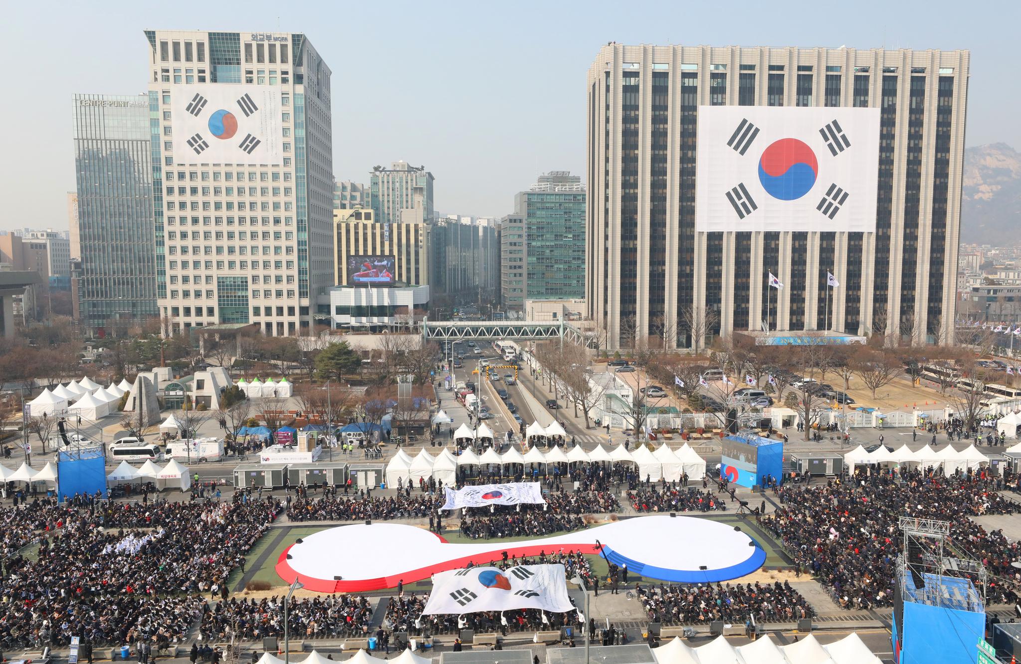 일 오전 서울 광화문에서 제100주년 3.1절 기념식이 열리고 있다. 광장 주변 빌딩에 대형 태극기가 내걸렸다. [연합뉴스]