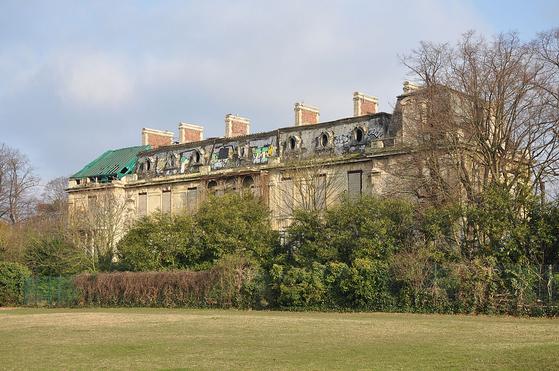 파리근교 불로뉴-비양꾸르의 로스차일드 저택. 제임스 로스차일드는 1817년 공원 같은 정원에 둘러싸인 이 저택을 사들여 크게 증축했다. 2차대전 중 독일군 사령부로 사용된 이 건물은 그때 입은 상흔을 가진 채 지금까지 폐허로 남아 있다. [사진 Wikimedia Commons(저자 Moonkik)]