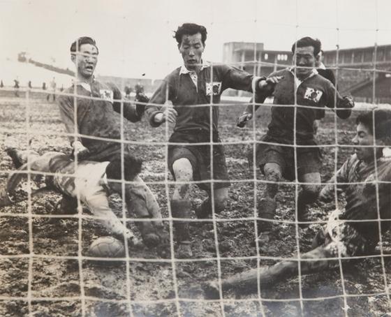 1954년 3월 7일 스위스월드컵 아시아 예선이 열린 일본 도쿄 메이지 신궁 경기장의 그라운드는 진흙탕에 가까웠다. 그럼에도 한국 선수들은 진흙탕 그라운드에서 5골을 넣고 일본을 꺾었다. [축구수집가 이재형 제공]