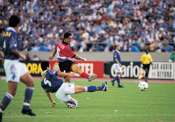 이민성은 97년 9월 28일 프랑스 월드컵 아시아 예선에서 벼락같은 중거리슛으로 역전골을 뽑아내며 '도쿄대첩'을 이끌었다. [사진 대한축구협회]