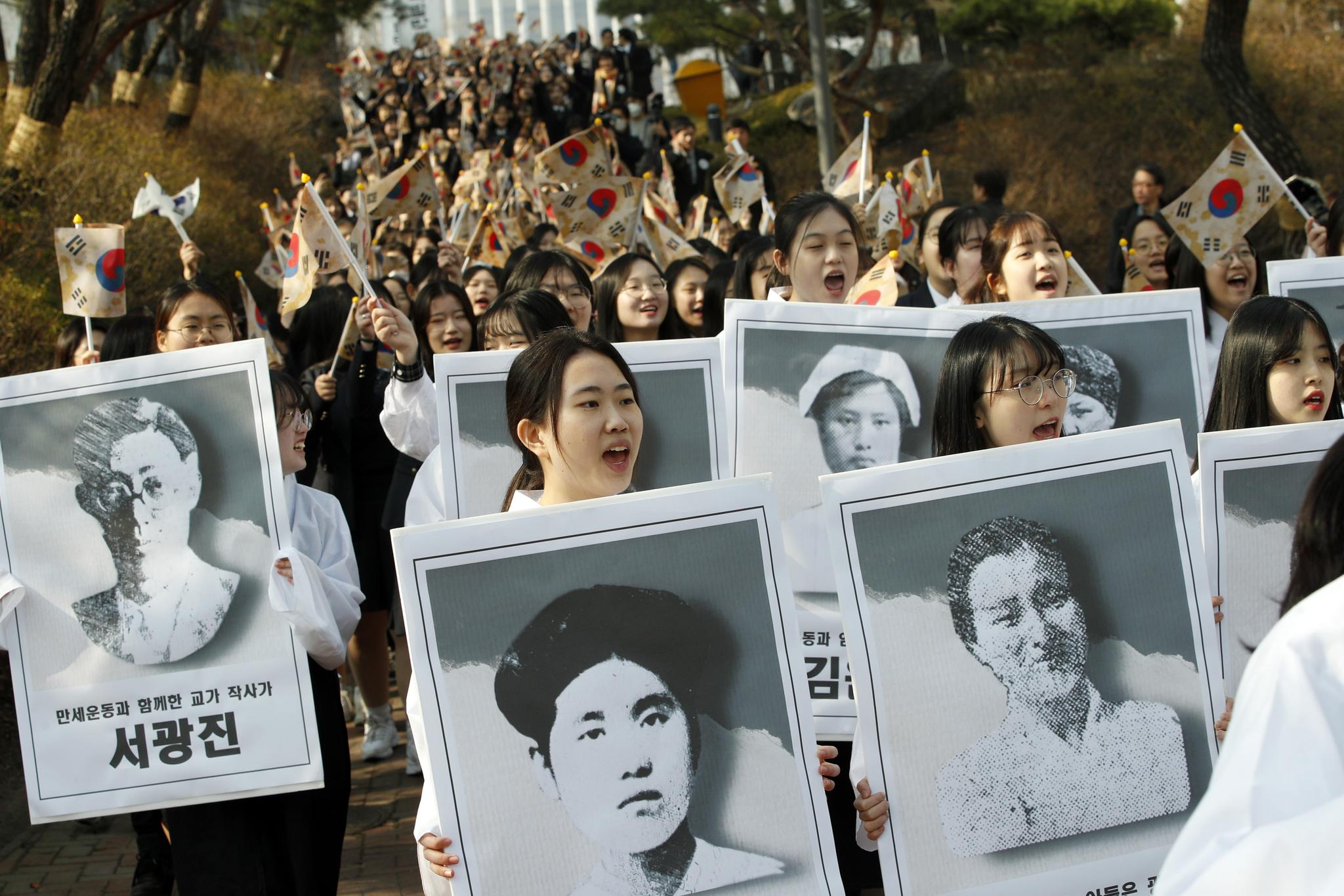 이화여고, 이화외고 학생들이 1일 오전 서울 중구 이화여고에서 3.1절 100주년을 맞아 유관순 열사를 비롯한 독립운동가들의 정신을 기리며 행진하고 있다. [뉴스1]