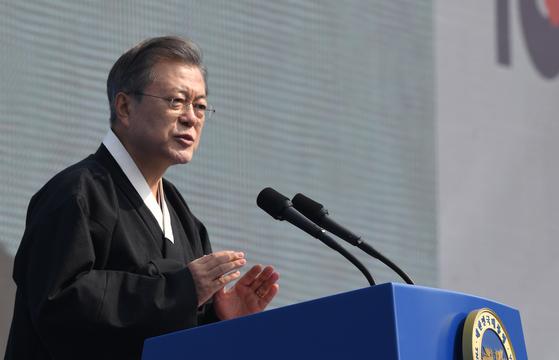 문재인 대통령이 1일 서울 광화문광장에서 열린 제100주년 3.1절 기념식에서 기념사하고 있다. [청와대사진기자단]
