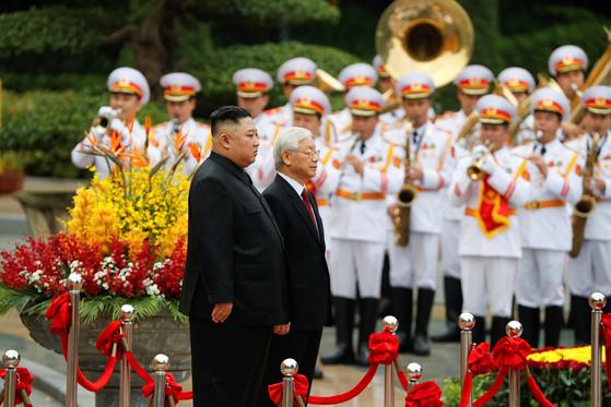 김정은 북한 국무위원장과 응우옌 푸 쫑 베트남 공산당 서기장 겸 국가주석이 1일 오후 베트남 주석궁에서 의장사열하고 있다. [로이터=연합뉴스]