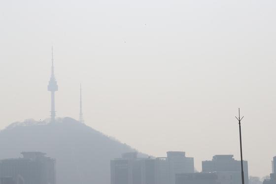 전국적으로 미세먼지 농도가 '나쁨' 수준을 보이는 1일 서울 종로구에서 바라본 서울N타워가 뿌옇다. [뉴스1]
