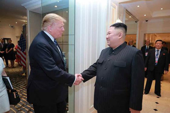 김정은 북한 국무위원장과 도널드 트럼프 미국 대통령이 2월 28일 베트남 하노이 메트로폴 호텔에서 단독회담, 확대회담을 했다고 노동신문이 1일 보도했다. [노동신문, 뉴스1]