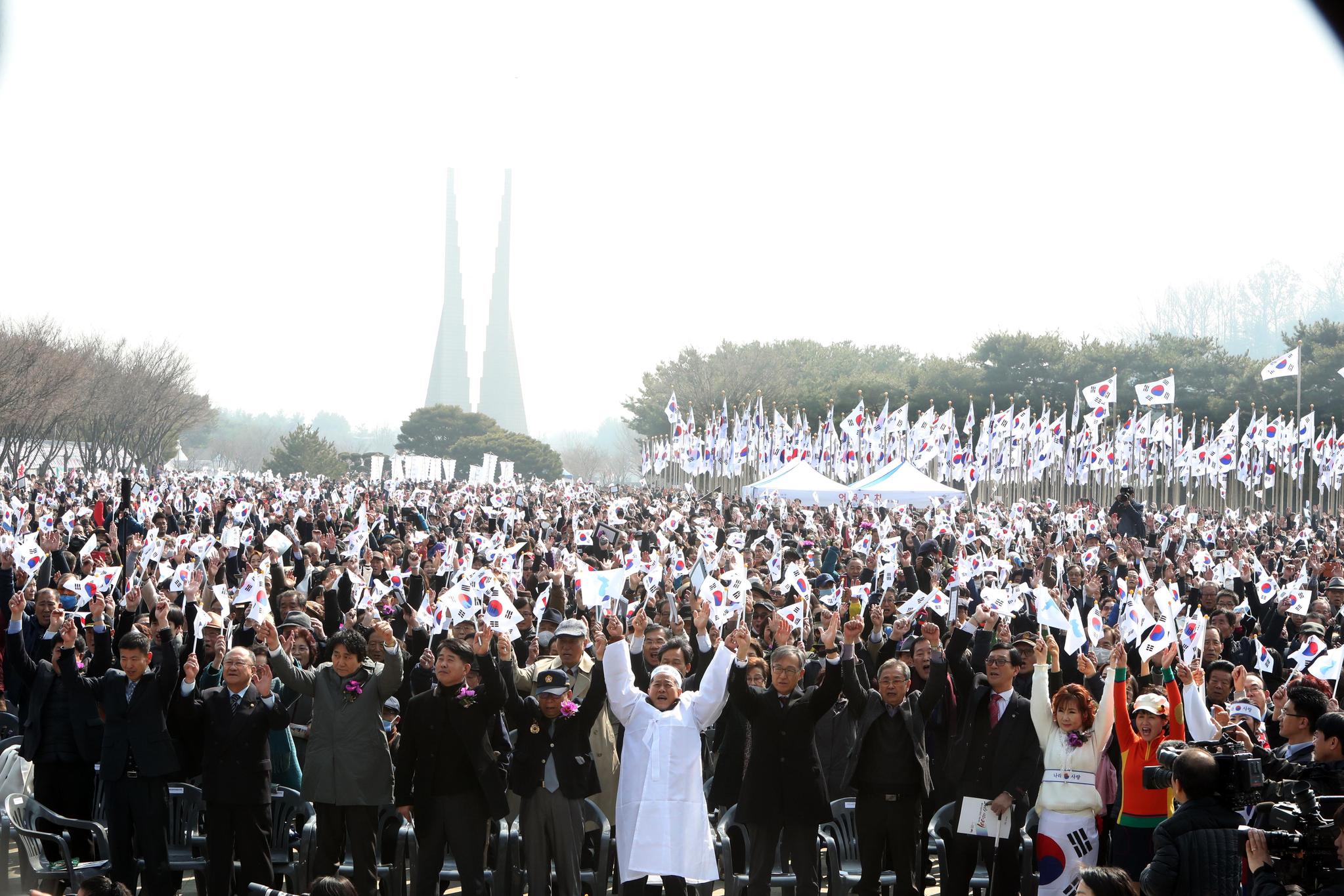3·1절 100주년을 맞아 충남 천안 독립기념관에서 열린 기념식에 참석한 시민들이 대한독립 만세를 외치고 있다. [연합뉴스]