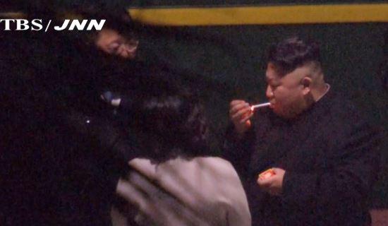 김정은 북한 국무위원장이 북미 정상회담을 위해 베트남 하노이에 도착하기 몇 시간 전 26일 새벽 중국 남부 난닝의 역에서 휴식을 취하며 담배를 피우는 모습. [TBS 제공=연합뉴스]