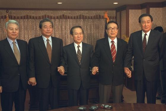 이회창 전 총재가 김윤환·박찬종 ·이한동 ·김덕룡 의원과 포즈를 취하고 있다. [중앙포토]