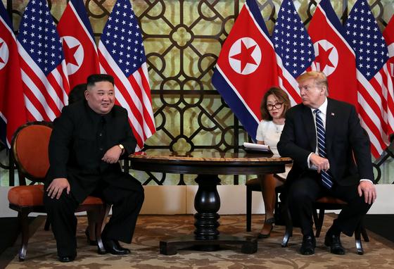 김정은 북한 국무위원장과 도널드 트럼프 미국 대통령 28일 오전(현지시간) 베트남 하노이 메트로폴 호텔에서 단독정상회담을 하고 있다. [연합뉴스]