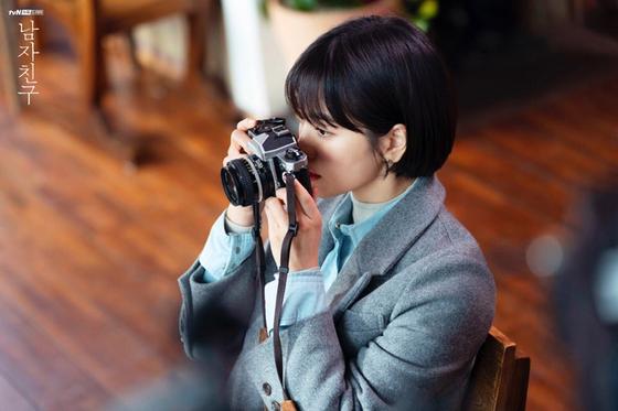 드라마 '남자친구'에서 수현(송혜교 분)이 오래된 필름카메라로 남자친구 진혁(박보검 분) 사진을 찍는 모습. [사진 드라마 '남자친구' 홈페이지]