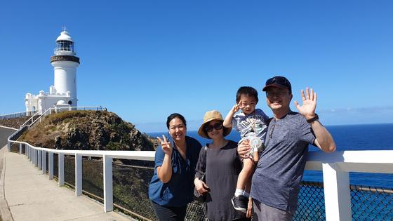 옛날 꼬마 환자 아이가 한 아들의 엄마가 되어서 호주 브리즈번에 살고 있다. 이번에 아내와 함께 방문해 바이런 베이 하얀 등대(옛날에 포카리 스웨트 광고에 나왔던^^) 앞에서 촬영했다. 맨 왼쪽이 아이 엄마, 아내, 아이, 그리고 나다. [사진 전승준]