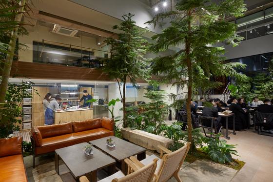 각 실마다 작은 조리공간이 있고, 1층 공용공간에 넓은 오픈 키친을 뒀다. [사진 노경 작가]