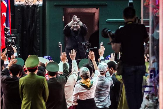 김정은 북한 국무위원장이 4박 5일간의 베트남 방문 일정을 마친 2일 오후 베트남 랑선성 동당역에서 평양행 전용열차에 올라 환송 인파에게 손인사를 하고 있다. [사진 뉴스1]