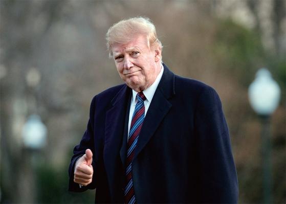 """도널드 트럼프 미국 대통령이 2월 8일(현지시간) 국립군사의료센터에서 건강검진을 받고 백악관에 도착하며 엄지 손가락을 치켜세우고 있다. 트럼프 대통령은 '세계의 경찰 아니다""""라고 선언하고도 유독 베네수엘라 사태에는 적극 개입하고 있다. / 사진:연합뉴스"""