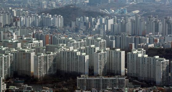 오는 3월 15일 전국 1300여만 가구의 공동주택 예정 공시가격이 열람에 들어간다. 앞서 발표된 표준 단독주택 등과 마찬가지로 역대 최고 상승률을 보일지 관심을 끈다. [연합뉴스]