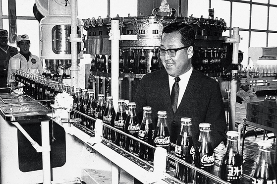 박용곤 두산그룹 명예회장이 1968년 6월 한양식품 독산동 공장에서 코카콜라 국내 첫 생산라인을 둘러보고 있다.[사진 두산그룹]