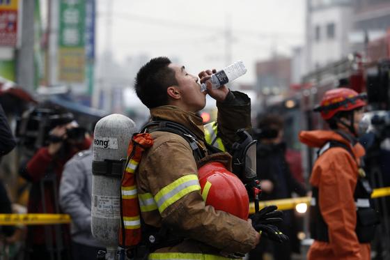 지난달15일 오전 서울 동대문구 청량리농수산물 시장에서 화재가 발생해 한 소방대원이 진화작업을 마치고 물을 마시고 있다. 소방당국에 따르면 현재 이 화재로 인한 인명피해는 없으며, 점포 3개가 소실됐다. [뉴스1]