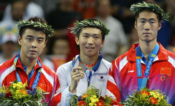 2004년 아테네 올림픽 남자단식에서 금메달을 획득한 유승민 현 IOC 위원(가운데). 올림픽사진공동취재단