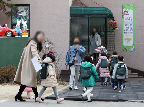 한국유치원총연합회 일부 회원들이 무기한 개학연기에 들어간 4일 오전 서울 노원구의 한 사립유치원으로 아동들이 등원을 하고 있다. 해당 유치원은 지난밤 무기한 개학연기를 취소했다. [뉴스1]