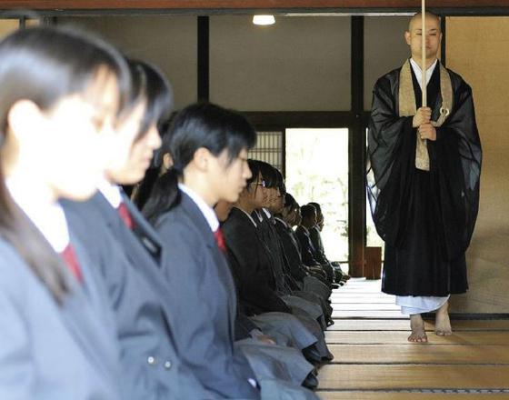 종교는 없지만, 종교의 가르침에는 귀를 기울이는 편이다. 종교 서적은 내가 어디쯤 서 있는지 돌아볼 기회를 제공한다. 사진은 일본 선종 겐닌지 사원에서 선사체험 모습. [사진 겐닌지 홈페이지]