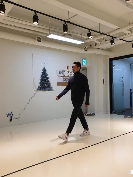 시니어 모델이 되려면 워킹을 잘해야 한다. 즉, 바른 자세로 잘 걷는 법을 알아야 한다는 말이다. 바른 자세로 잘 걸어야 표현이 풍부해지고 멋있어 보인다. [사진 이나영]