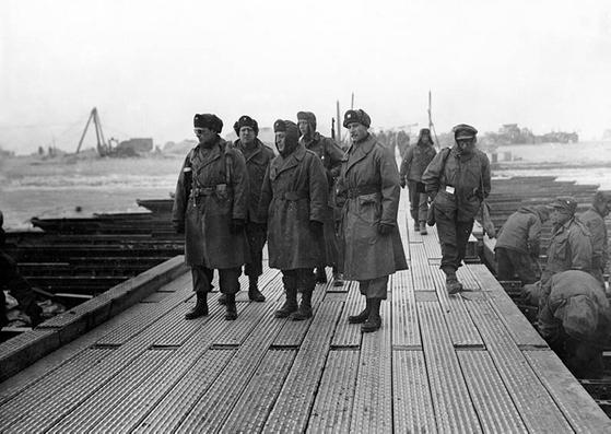 1ㆍ4 후퇴 당시 한강 부교에서 전황을 살펴보는 리지웨이(왼쪽 첫번째)와 미 8군 참모부. 지리웨이는 일단 서울을 내주었지만 전열을 재정비해 반격에 나설 생각을 했다. [사진 미 육군]