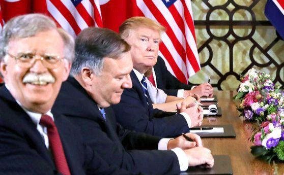 """존 볼턴 백악관 국가안보보좌관(왼쪽)이 지난달 28일(현지시간) 트럼프 대통령, 폼페이오 국무장관(오른쪽부터)과 함께 북·미 정상회담에 참석해 있다. 볼턴 보좌관은 3일 '트럼프 대통령이 김정은 위원장에게 핵·미사일, 생화학무기까지 포함한 비핵화 빅딜을 제안하는 문서를 건넸다""""고 공개했다. [로이터=연합뉴스]"""