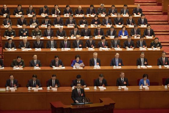 5일 중국 베이징 인민대회당에서 열린 전인대에서 경제 계획을 발표한 리커창 총리(가운데 아래). [AP=연합뉴스]