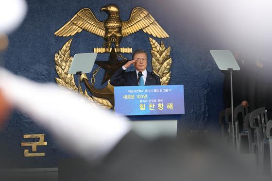 문재인 대통령이 5일 경남 창원시 진해구 해군사관학교에서 열린 '제73기 사관생도 졸업 및 임관식'에 참석해 사열을 받고 있다. 2019.03.05. /청와대사진기자단=한경 허문찬기자 sweat@hankyung.com
