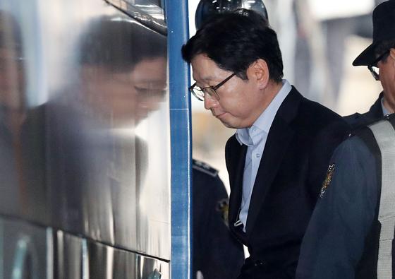 댓글조작 혐의로 기소된 김경수 경남도지사가 지난 1월 30일 서울 서초구 서울중앙지방법원에서 열린 1심에서 실형을 선고받았다. 김 지사가 법정 구속되면서 무거운 표정을 지으며 구치소로 향하는 버스에 올라타고 있다. 김경록 기자
