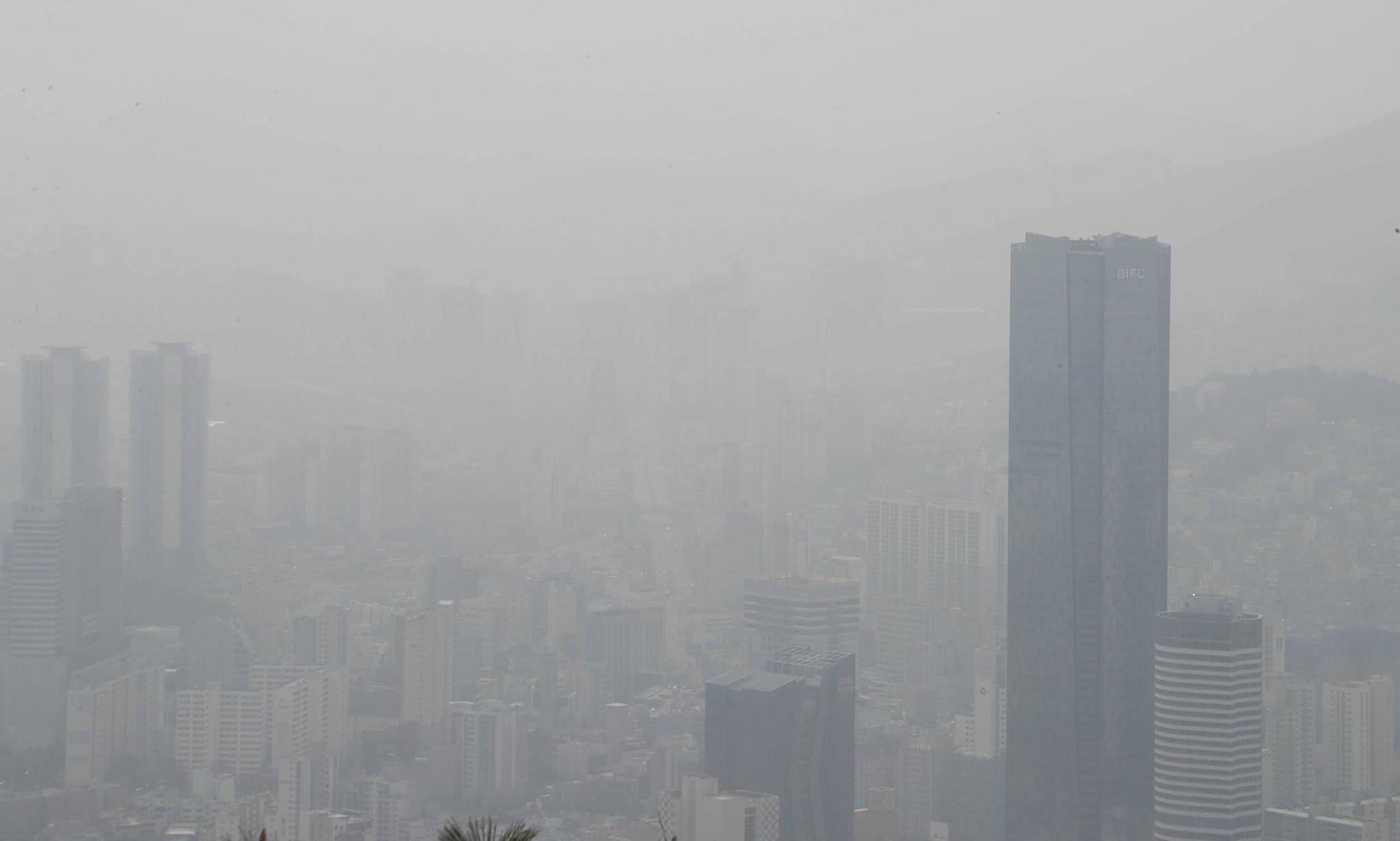 미세먼지가 기승을 부린 5일 오후 부산 황령산에서 바라본 부산국제금융센터 63층 건물 일대의 모습. 부산은 미세먼지와 초미세먼지 농도가 나쁨 수준이다. 연합뉴스