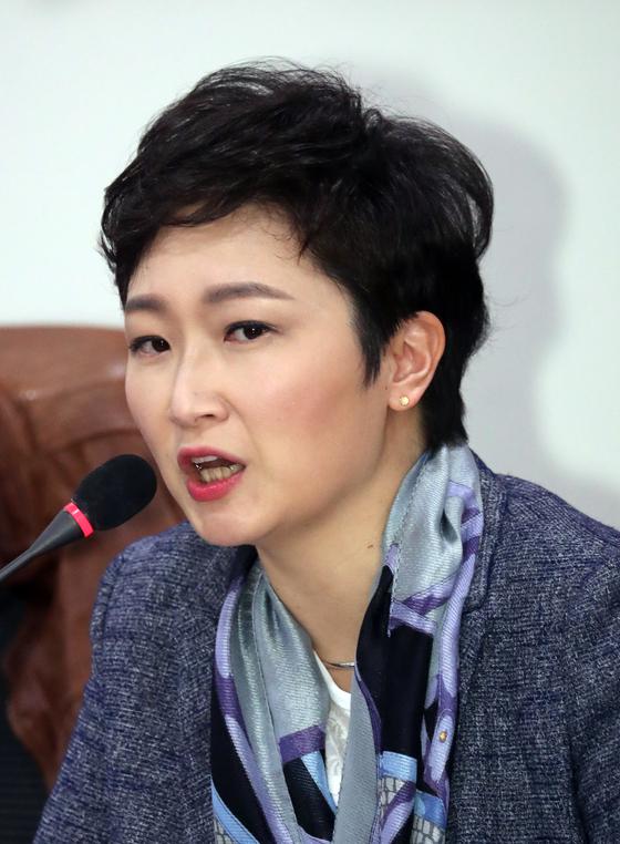 이언주 바른미래당 의원이 5일 서울 여의도 국회 의원회관에서 열린 방송사업자 재승인, 재허가 제도개선 토론회에서 모두발언을 하고 있다. [뉴스1]