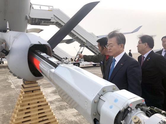 문재인 대통령은 5일 오후 해군임관식을 마치고 돌아오는 길에 김해공항에서 대한민국 최초의 공중급유기인 KC-330 '시그너스'(Cygnus)를 둘러보고 있다. [청와대 제공]