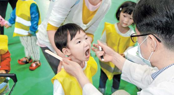 아이가 어릴 때 치과에서 긍정적인 경험을 해보는 것이 중요하다. 영유아 구강 건강 검진은 국가 차원에서 보험을 적용하고 있다. 가능한 한 빨리 내원해 치과를 경험해보길 추천한다. [사진 대한치과의사협회]