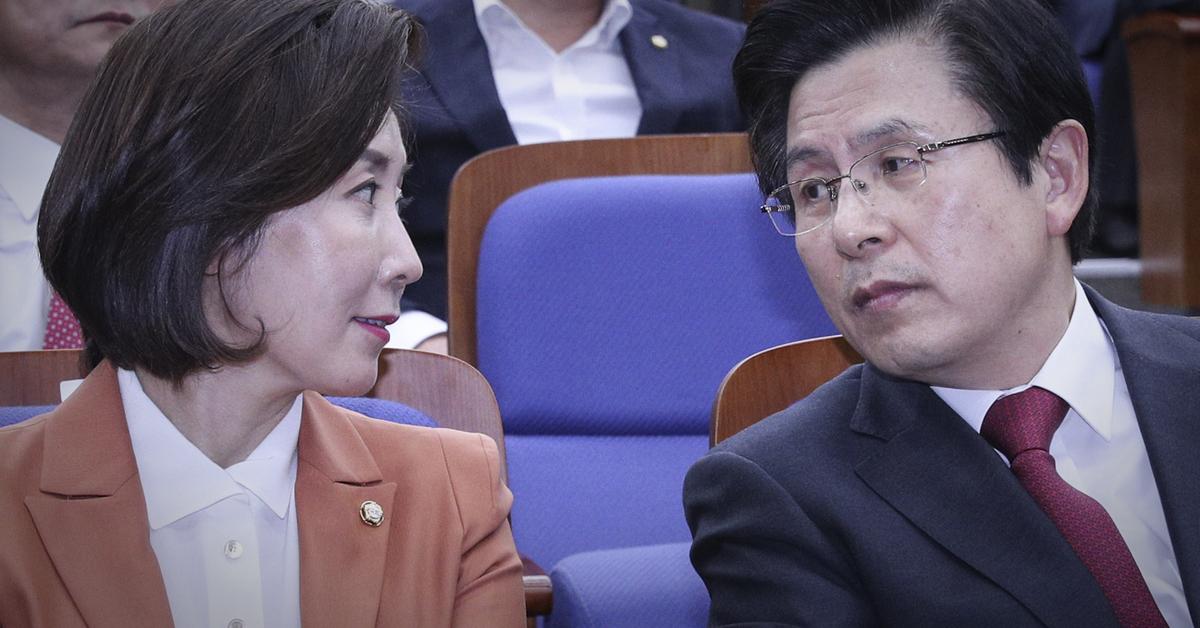 자유한국당 황교안 대표(오른쪽)과 나경원 원내대표가 5일 오후 서울 여의도 국회에서 열린 의원총회에서 대화하고 있다. 임현동 기자