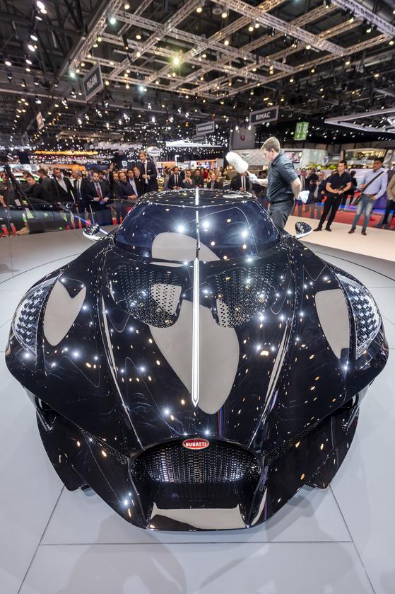 스위스 제네바에서 열린 제네바모터쇼 프레스데이인 5일 공개된 부가티의 신차 '라 브아튀르 누아르'. 부가티는 단 한대만 생산된 이 차는 140억원으로 세계에서 가장 비싼 차라고 밝혔다. [epa=연합뉴스]