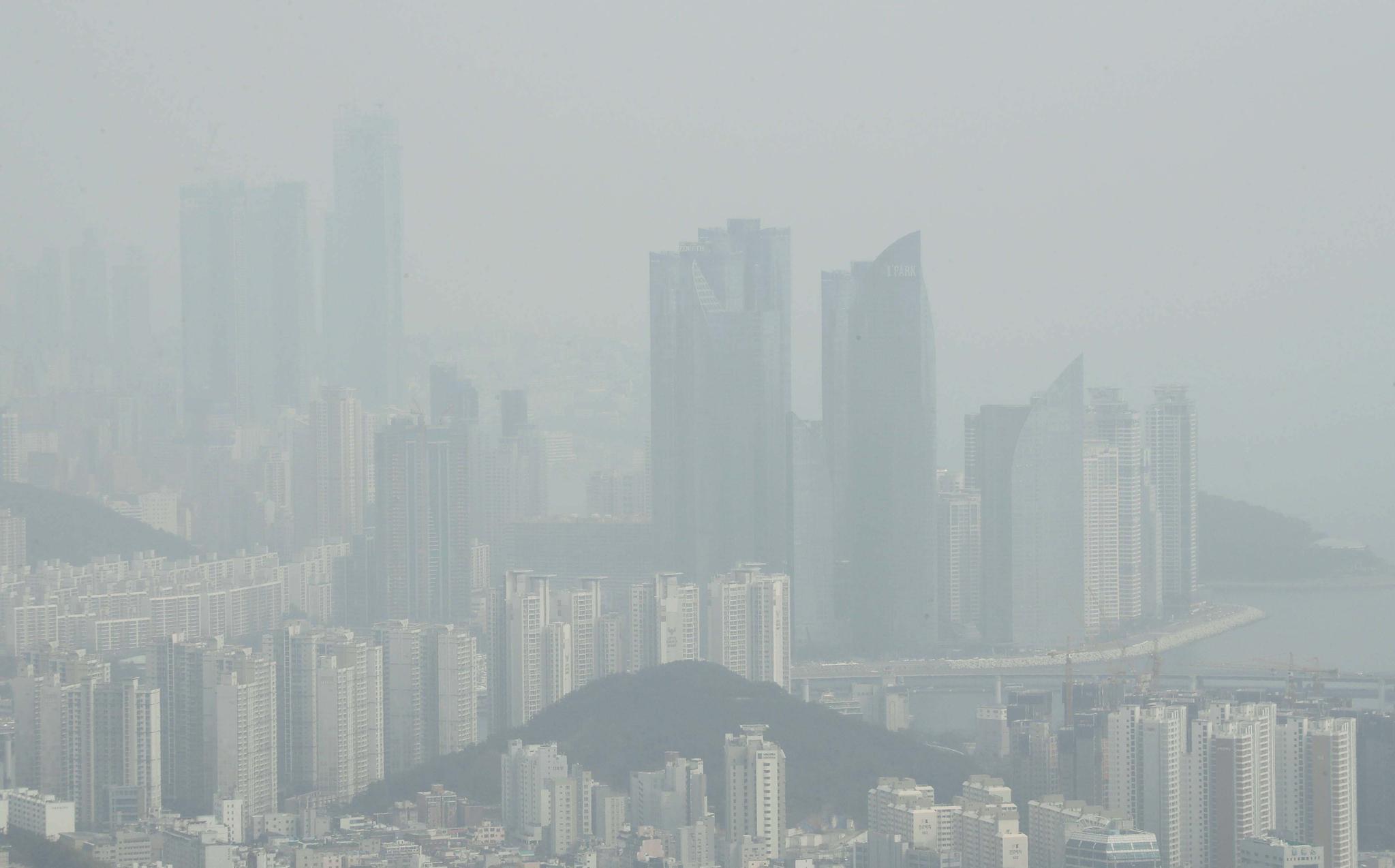 미세먼지가 기승을 부린 5일 오후 부산 황령산에서 바라본 해운대 고층건물 일대가 뿌연 모습을 보이고 있다. 부산은 미세먼지와 초미세먼지 농도가 모두 나쁨 수준을 보이고 있다. [연합뉴스]