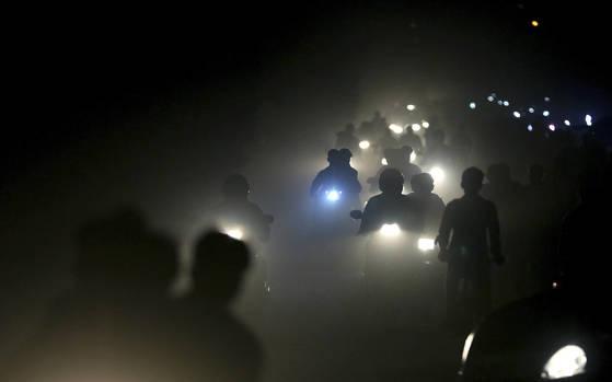 2017년 11월 인도 뉴델리의 밤거리. 오토바이 운전자들이 매연으로 가득차 앞이 제대로 분간도 되지 않는 거리를 달리고 있다. 인도 특히 뉴델리에는 미세먼지와 초미세먼지가 세계 최악의 수준이다. 우리나라도 현재의 에너지와 미세먼지 문제를 해결하지 못할 경우 오늘날 인도와 같은 환경으로 전락할 수도 있다. [AP=연합뉴스]