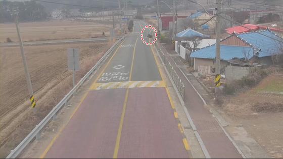 사륜오토바이 논밭에서 집으로 가기 위해 도로를 횡단하는 모습. [사진 경남경찰청]
